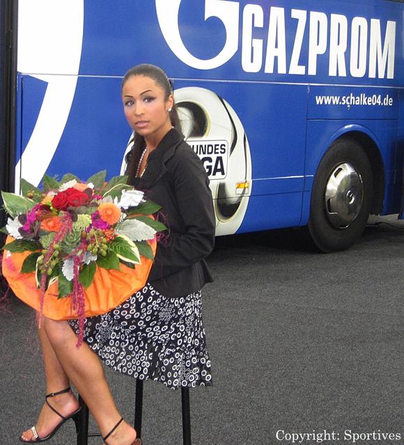 """Rund-Kolumnistin & Sportmanagerin """"Dr. Samira Samii"""" Bild von 2006 bei Schalke 04"""